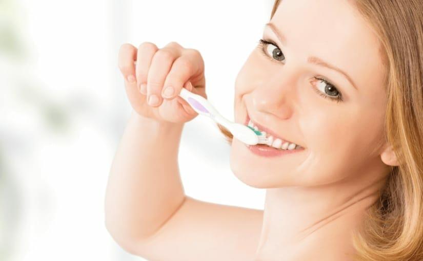 プラークは早めに対処!歯磨きの仕方や道具を使った除去の仕方をお伝えします
